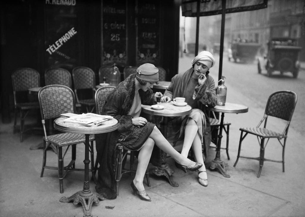 American models on a café terrace in Paris in 1925