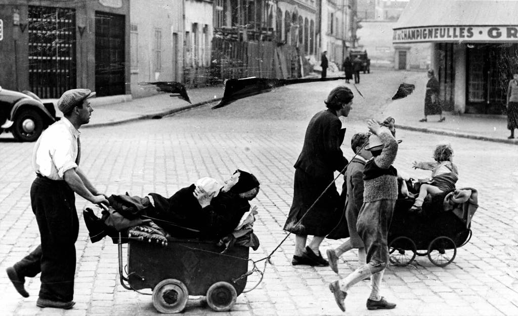 A family leaves Paris in June 1940 with the only means of transportation at their disposal. © Roger-Viollet