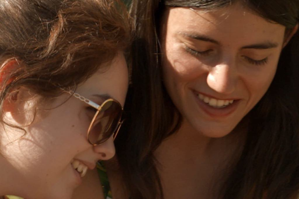 Anaïs and Emma share a moment in the documentary Adolescentes.