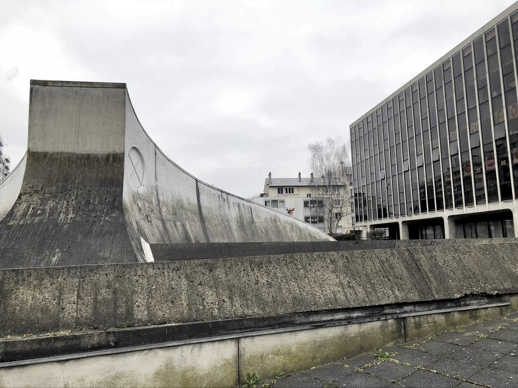 The Bourse du Travail in Bobigny without its yellow paint and showing the effects of age. © Paris Update