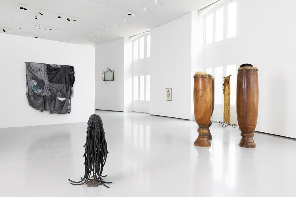 View of the David Hammons exhibition. Courtesy of the artist and the Bourse de Commerce–Pinault Collection. Photo: Aurélien Mole